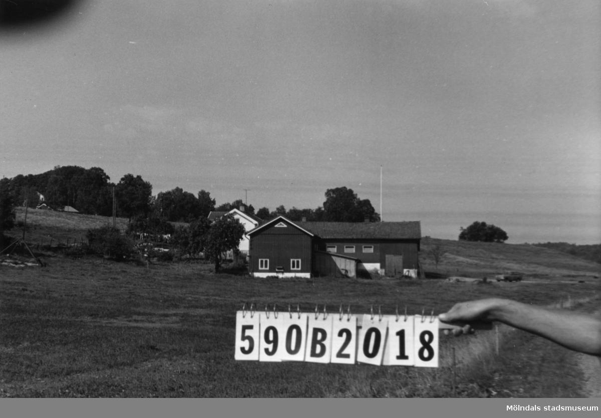 Byggnadsinventering i Lindome 1968. Hällesåker 3:5. Hus nr: 590B2018. Benämning: permanent bostad, ladugård och garage. Kvalitet: god. Material: trä. Tillfartsväg: framkomlig.