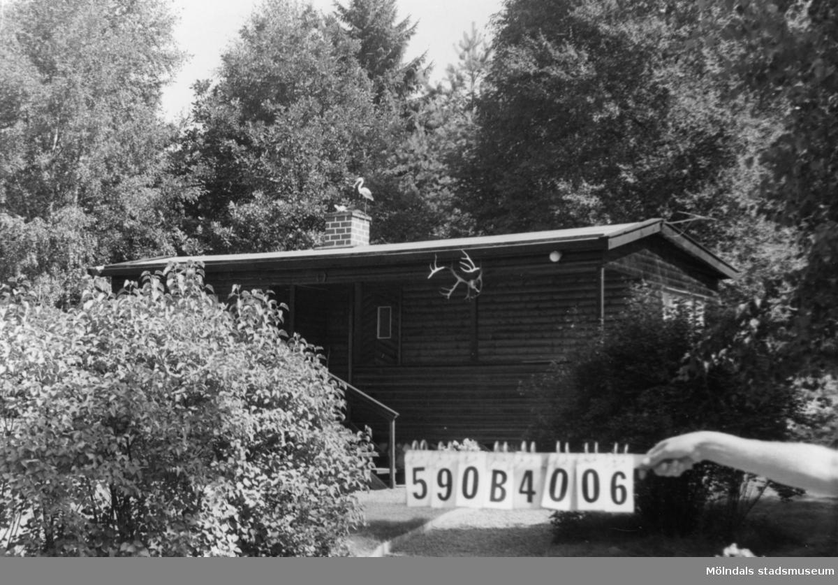 Byggnadsinventering i Lindome 1968. Hällesåker 4:3. Hus nr: 590B4006. Benämning: fritidshus och redskapsbod. Kvalitet, bostadshus: mycket god. Kvalitet, redskapsbod: mindre god. Material: trä. Tillfartsväg: framkomlig. Renhållning: soptömning.