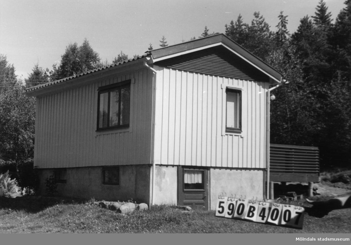 Byggnadsinventering i Lindome 1968. Hällesåker 4:41. Hus nr: 590B4007. Benämning: fritidshus och redskapsbod. Kvalitet, bostadshus: god. Kvalitet, redskapsbod: mindre god. Material: trä. Tillfartsväg: framkomlig. Renhållning: soptömning.