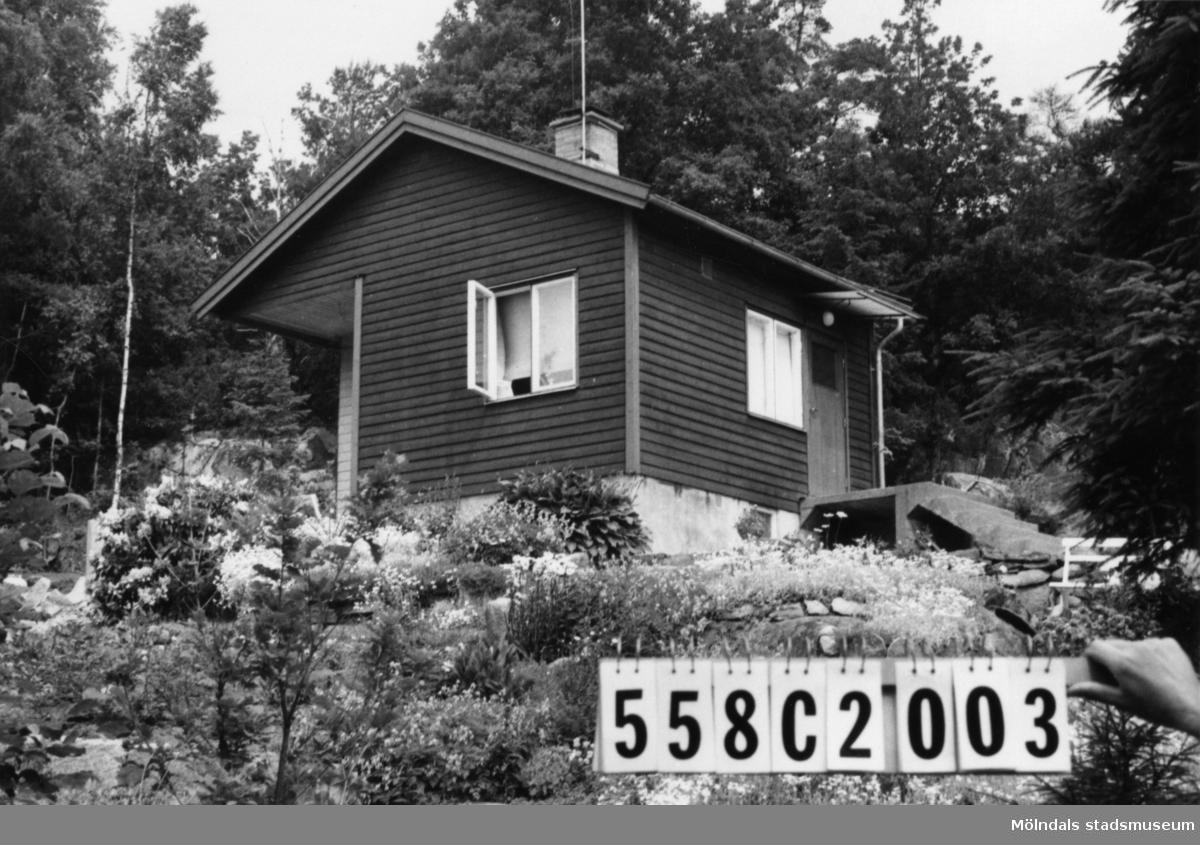 Byggnadsinventering i Lindome 1968. Långås 1:38. Hus nr: 558C2003. Arrende. Benämning: fritidshus och redskapsbod. Kvalitet: mindre god. Material: trä. Övrigt: tillbyggnad sker. Skräpig tomt. Tillfartsväg: framkomlig.