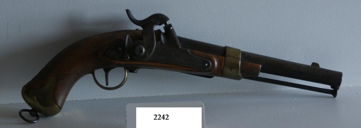 """Pistol, 1854 års modell, slaglås. Märkt: """"H.1855 Nr 237"""". Kolven av trä. Pipa och mekanism av stål. Beslagen av metall. Pipans längd: 245 mm Kammarstycket 5-kantigt. Kalibern: 16 mm. Hela längden: 400 mm."""
