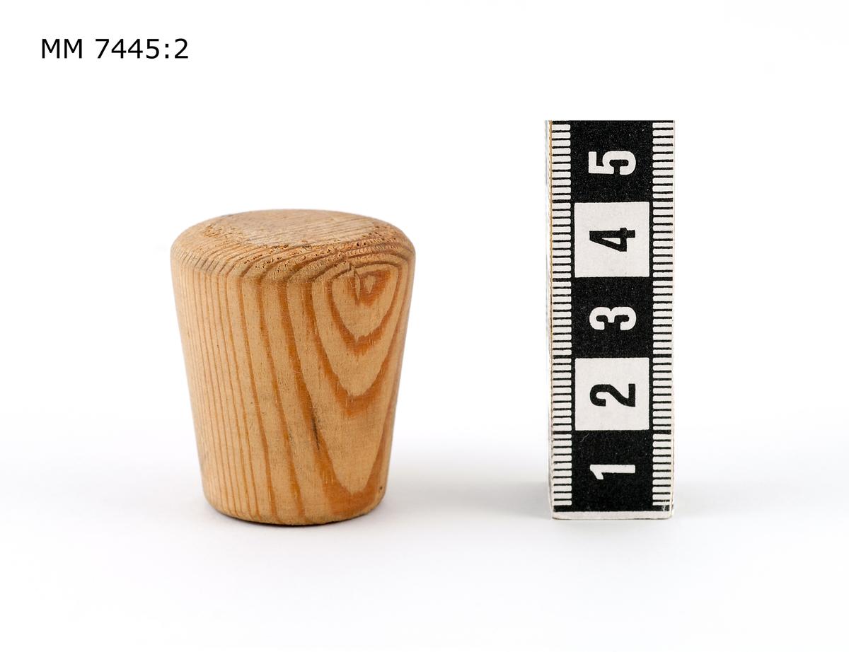 Propp av trä, gran, för sprund till tunna. Proppen svarvad , cylindrisk och konad åt ena änden.