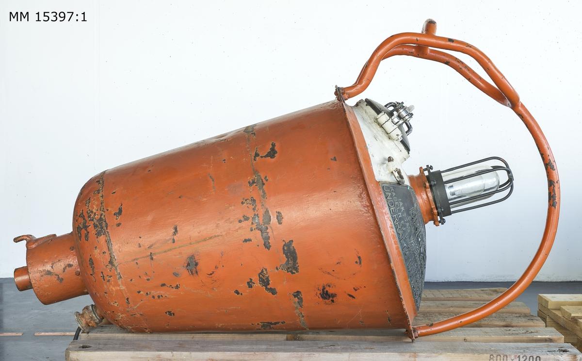 """Telefonboj, rödfärgad, konformig  metallboj med stålbygel och vitfärgad överdel. Överdelen består av en lampa med skyddsnät och intill denna en behållare  med diametern 130 mm med tätslutande lock i vilken en telefontub ligger placerad (se MM 15357.2). På bojens överdel sitter två skyltar med svensk och engelsk text fastgjorda. Skylt 1: """"Telefonboj med telefonkabel till U-båten Draken som har sjunkit. Iakttag varsamhet så att kabeln ej utsättes för påfrestning. Underrätta Myndigheterna"""". Skylt 2: """"Telephone Buoy with cable of the Swedish submarine Draken, here sunk.  Be careful, cable must not be strained. Inform Swedish Authorities""""."""
