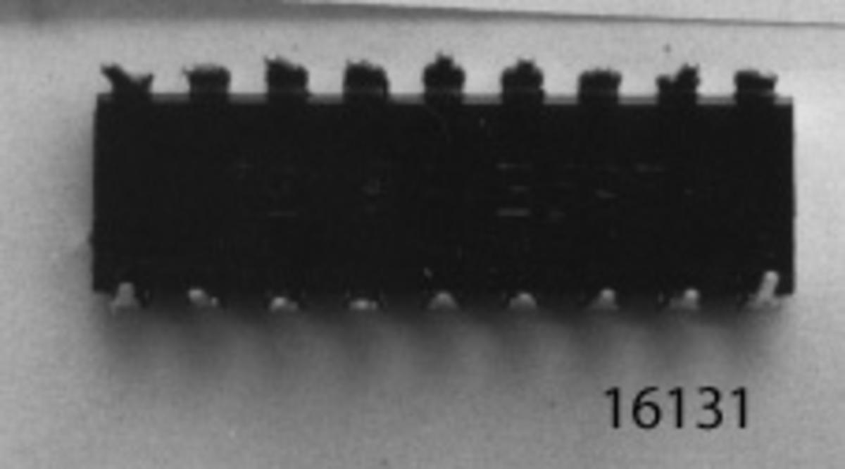 """På rektangulär, svart platta, märkt: """"269E 643D (ic-krets-tecken) SAS 590, är 9 st. på var långsida, vertikalt stående metallstift, fästade."""