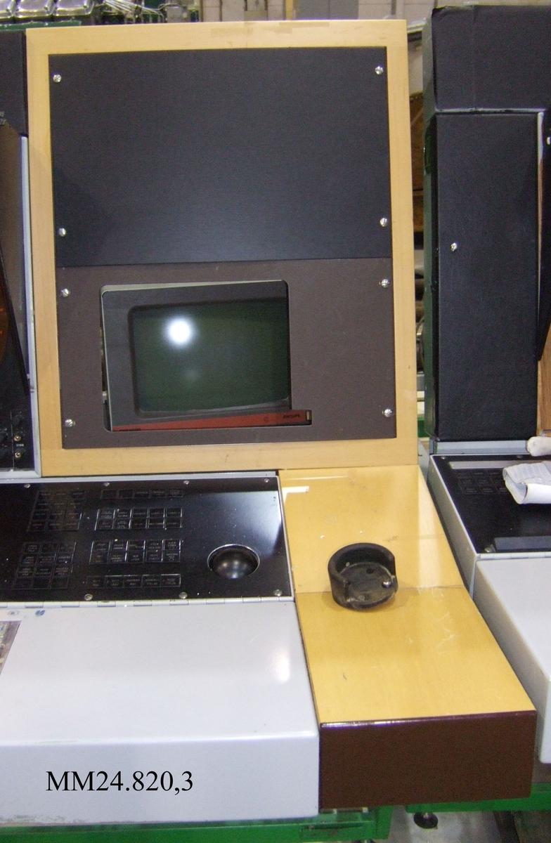Panel och stativ i kombination. Panelen av trä. I trät utskuret hål för skärm och andra konsoller. I denna version dock endast skärm, resten av hålet täckt med bakelitplattor som är fastskruvade.
