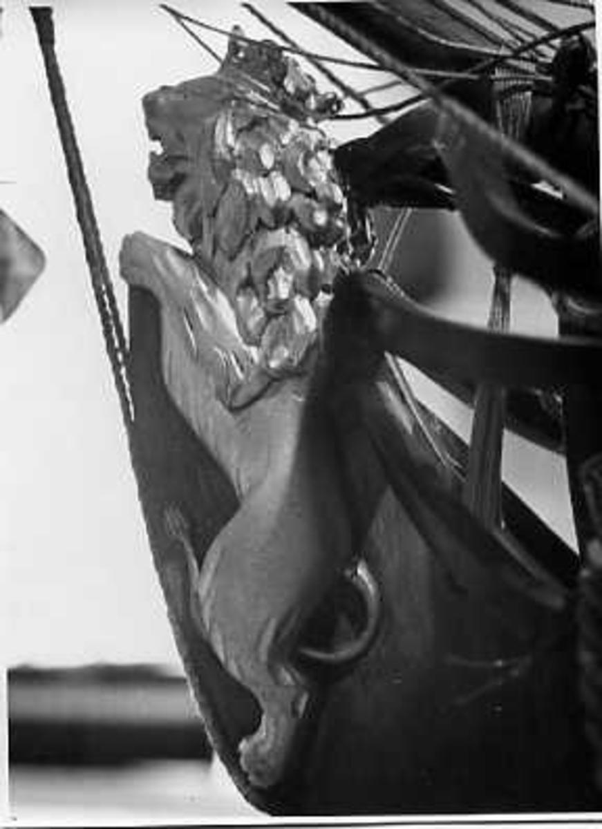 Fartyg: ENIGHETEN                       Rederi: Kungliga Flottan, Marinen Övrigt: Galjonsbild föreställande ett lejon på fartygsmodellen 96-kanonskeppet Enigheten. Tillverkare modellsnickare Karl Karlsson år 1943. Orginal Sheldon. Enigheten sjösattes den 9/6 1696 i Karlskrona.