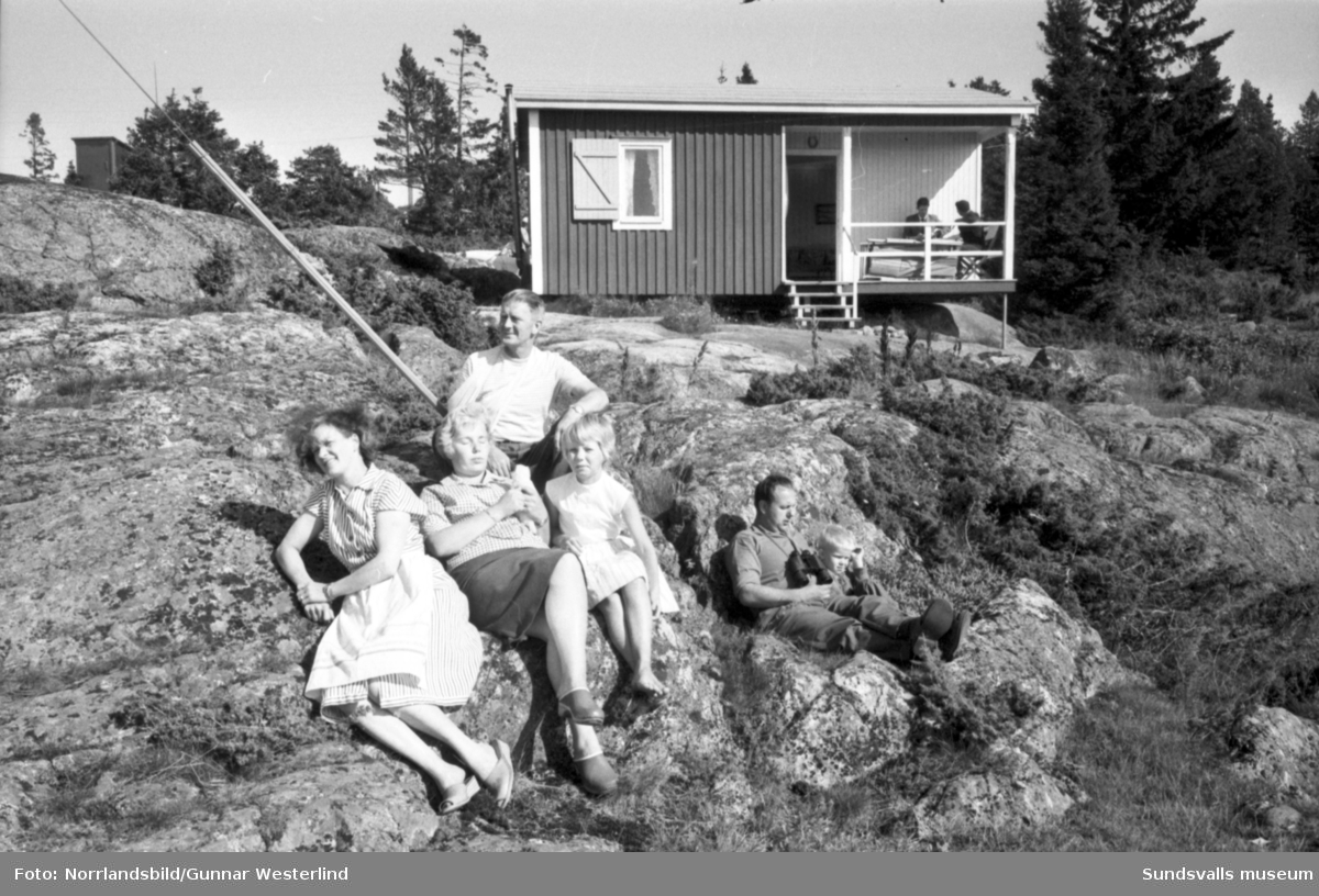 Reportagebilder från Tynderö om surströmming, sommarstugor och lots.
