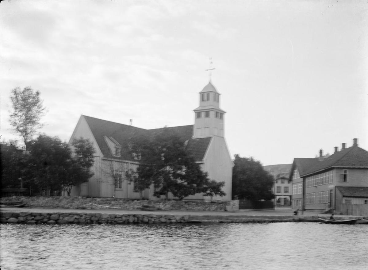 Egersund kirke sett fra båt i Vågen. Steinbrygga.