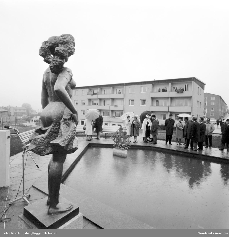 Invigning av Medborgarplatsen i Skönsberg med avtäckning av en statygrupp vid dammen i kvarteret Vasa. Medborgargatan-Vasagatan-Bruksgatan-Skönsbergsvägen.