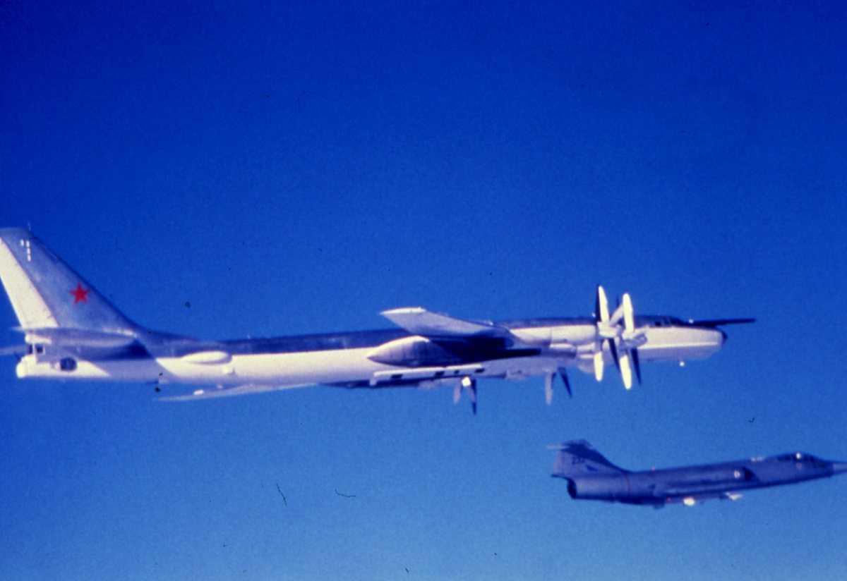 Russisk fly av typen Bear E og i forgrunnen en norsk F-104G Starfighter med nr. 232.