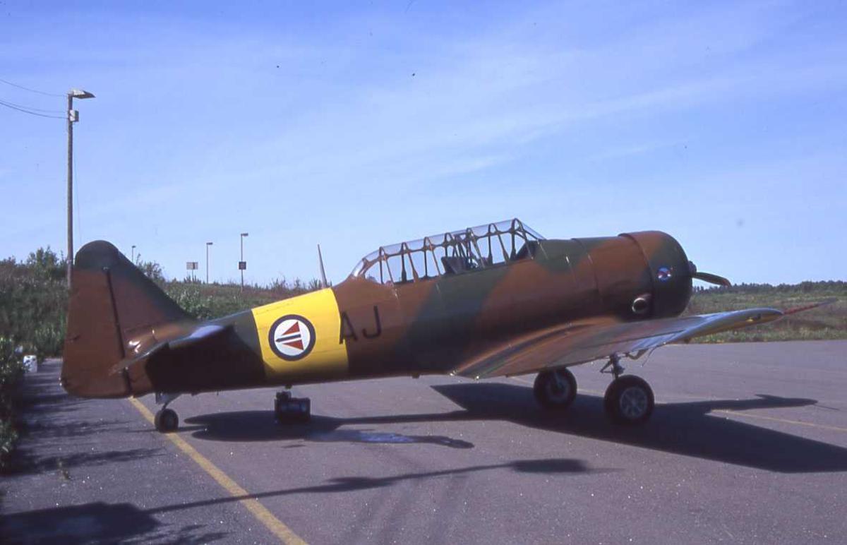 Ett fly på bakken, Harvard III LN-WNH Fra Warbirds Of Norway. TRF Torp, Norge