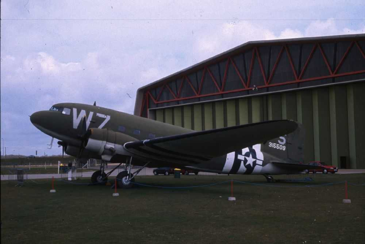 Ett fly på bakken, Douglas C-47A Skytrain(DC-3A, W7-S fra USA - Air Force.