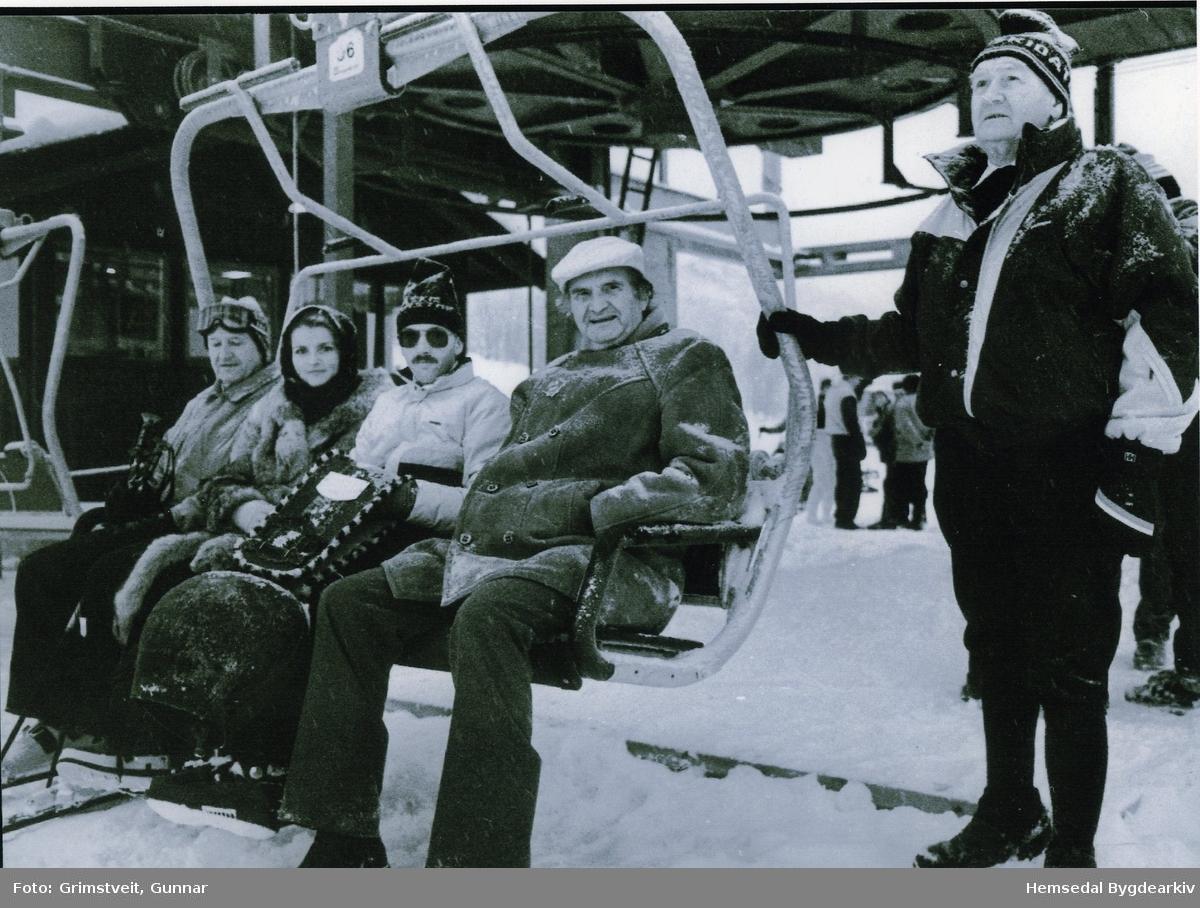 """Opning av """"Olaheisen"""" i Hemsedal skisenter 1985 Frå venstre: Sveikn Kirkebøen, Ragnhild Kvernberg, Odd Holde, Konrad Dobbelmeyer og Ola Eikre Heisen vart oppkalla etter Ola Eikre som var formann i skiheisstyret i 16 år."""