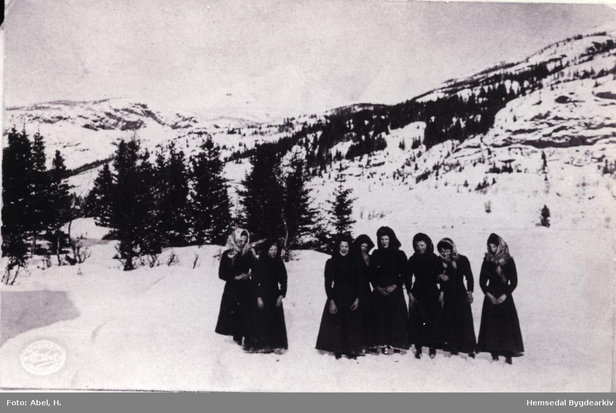 Konfirmantar. Biletet er tek frå overhøyringa i 1912. Alle jentene har fotside kjolar og tørkle på hovudet