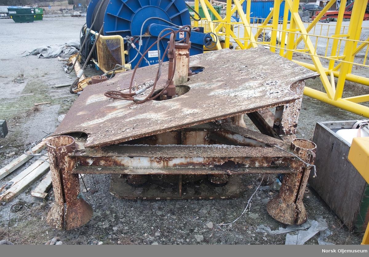 Ventiltre for plassering i brønnramme på havbunnen. Er i 2 deler som skal stå oppå hverandre. Den nderte delen veier 21 tonn, og den øverste 5 tonn.