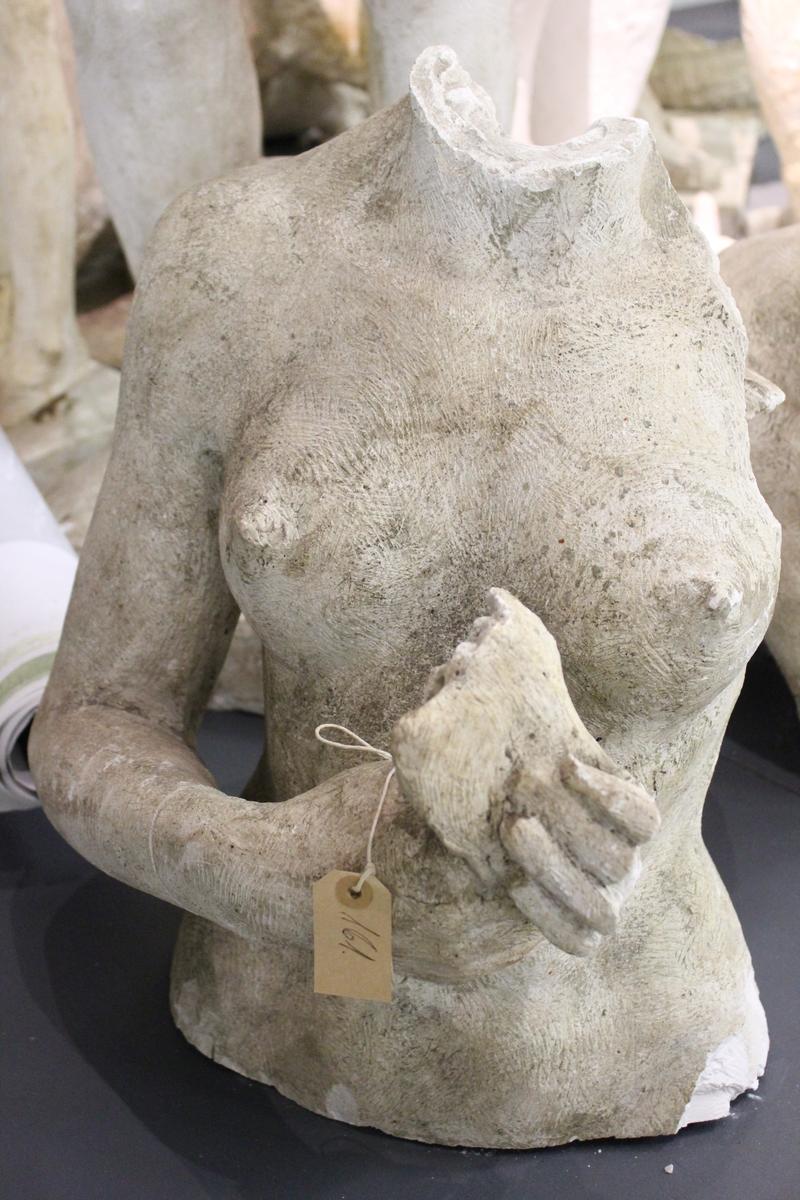 """Skulptur i gips av en kvinne som holder en fugl.. Tittel """" KVINNE MED FUGL""""."""