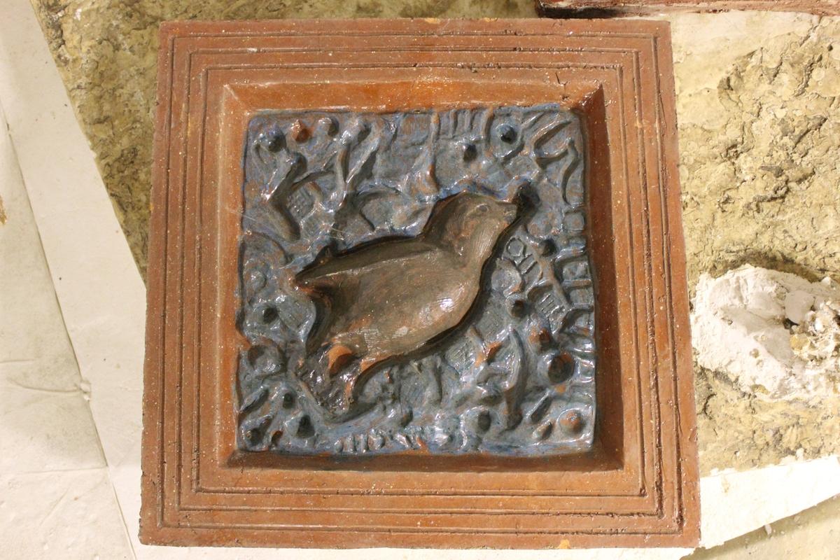 Relieff i keramikk med fuglemotiv. Dette er prøve. Se også nr.245
