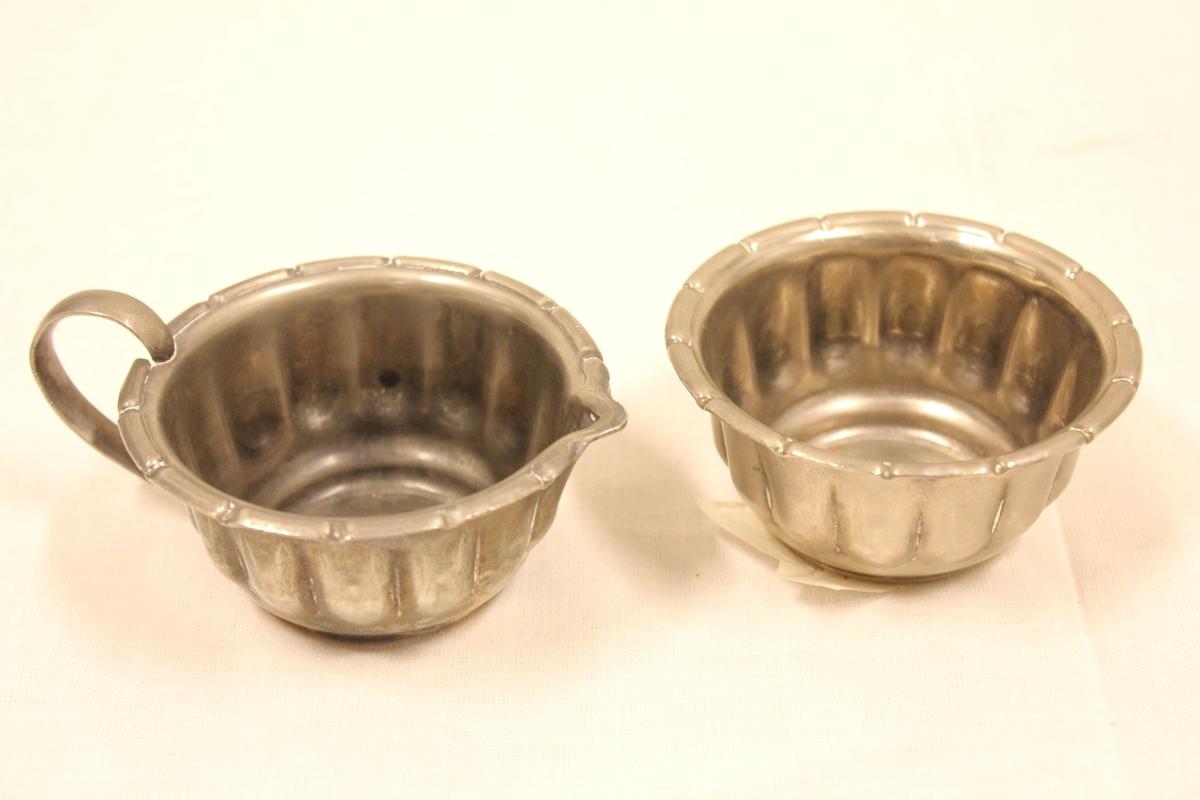 Et sett i sølvplett A: Sukkerkopp B: Fløtekopp