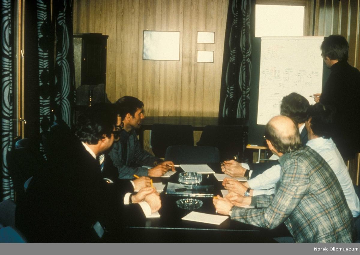 Sikkerhetskurs i Dusavik 1977. Opplæring fra klasserom. Nederst fra venstre: Finn Arnesen, stående: Jan Bryne, bak til høyre: Johannes Hausen