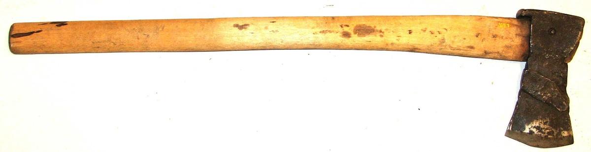 Form: Av boløkstypen, men lettare og   (23) 15: mindre. Øks/skaft er festa med ein jernnagle. Vart brukt til handøks til forskjellege tilløksing av emner.