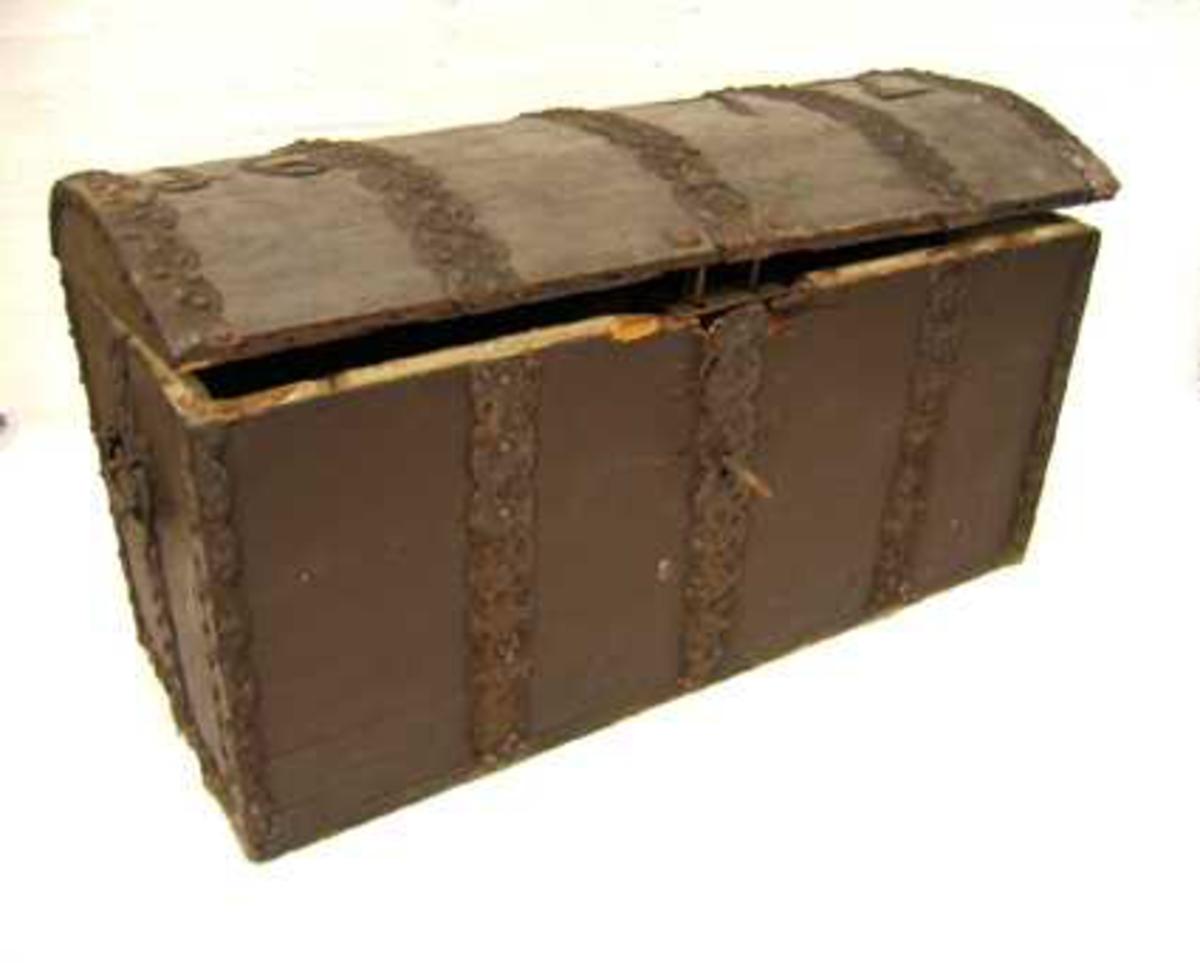 1 kiste.  Brunmalt kiste, indvendig betrukket med papir. Har læddik. Utvændig rigt beslaaet med poklet beslag. Paa laaget fastnaglet jarntal aar 1672. Kisten har hvælvet laag og bøiler paa siderne. Har oprindelig været betrukket med sælskind og har da dette blev fjernet, blitt brunmalt. Har tilhørt oberstløitnant Fasting, Ortnevik. Kjøpt av I. Midthun, Fedje.