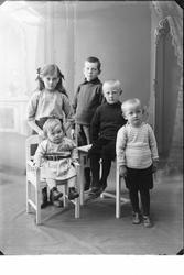 Gruppeportrett av barna til sorenskriver Karl Andreas Hansse
