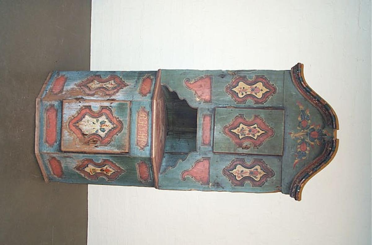 1 kraaskap.   Stort 2 etegea kraaskap, der har staaet paa gulvet. Kjøpt av sergant O.E. Eggum, Borogund.