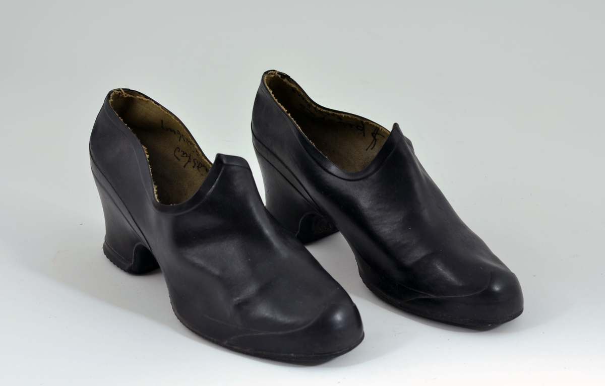 Svarte kalosjer til å trekke utepå sko. Halvhøy hæl.