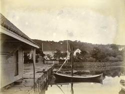 Hus, sjøhus og båt