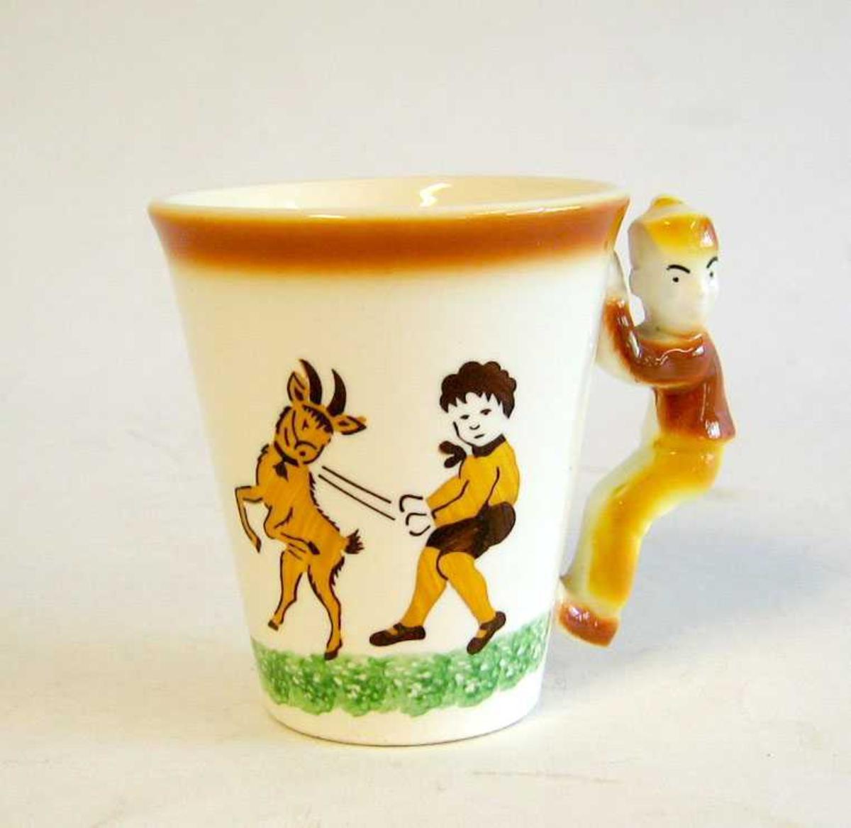 Kjegleforma kopp med handtak i forma av ein gut/person