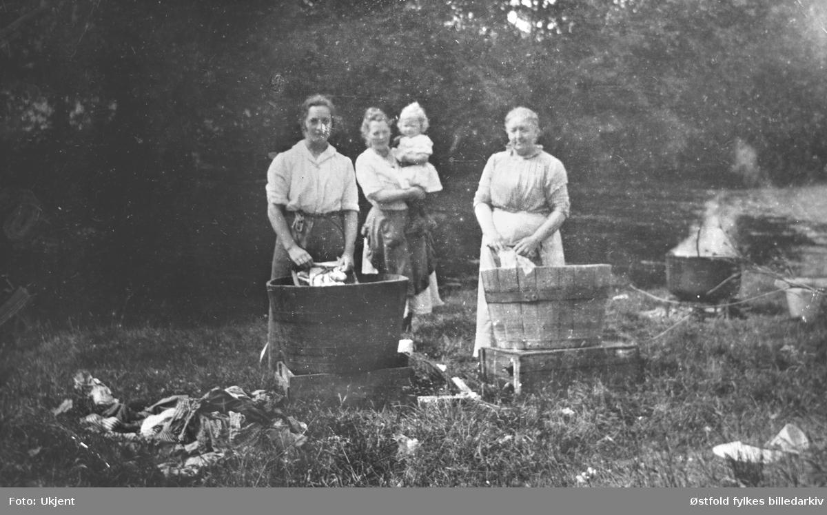 Klesvask ved Mysenelva, Mysen søndre  ca. 1920? Koking av tøy.