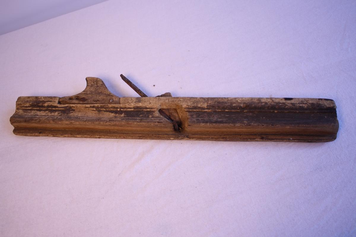 Høvel til listeverk. Med eit jarn. Handtak. Ser ut til å vere gamal og godt brukt. Jarnet er rusta. Låg i kiste KSF.000227.