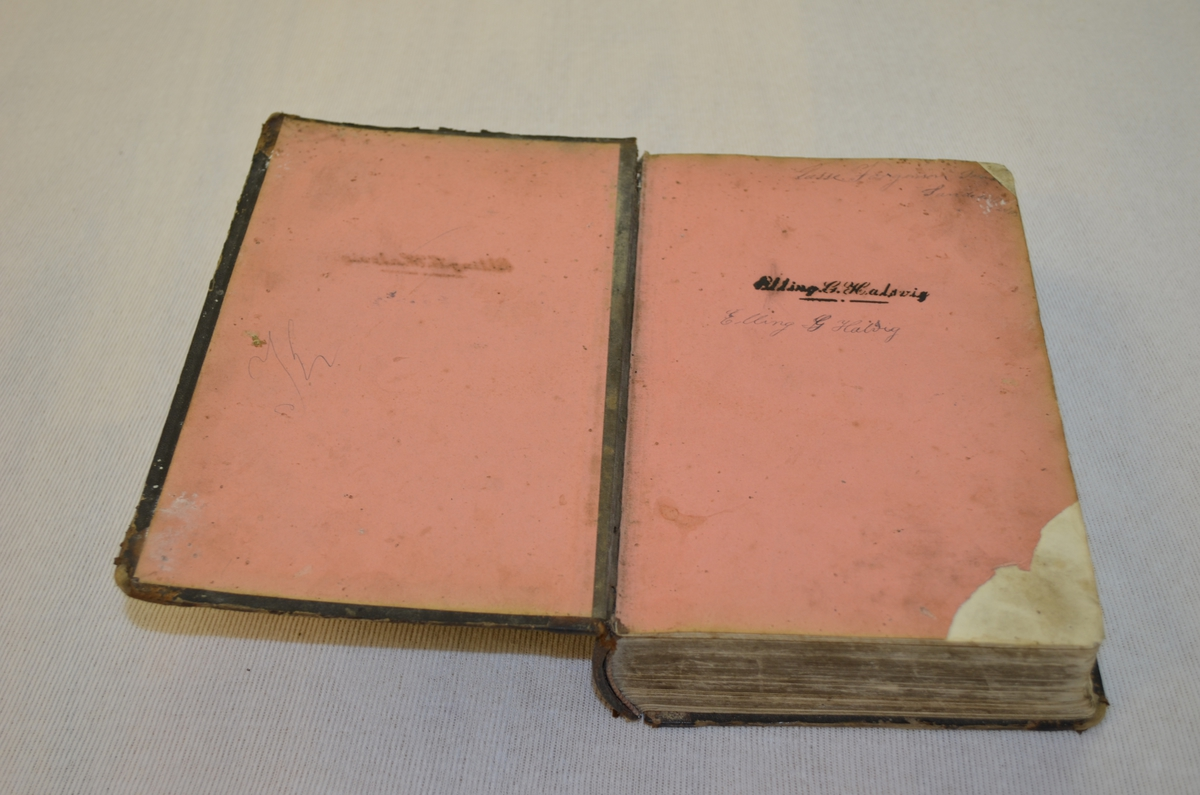 Svart skinninnbunden bok. Boka består av religiøse skrifter frå den luherske teologen Johan Arndt.