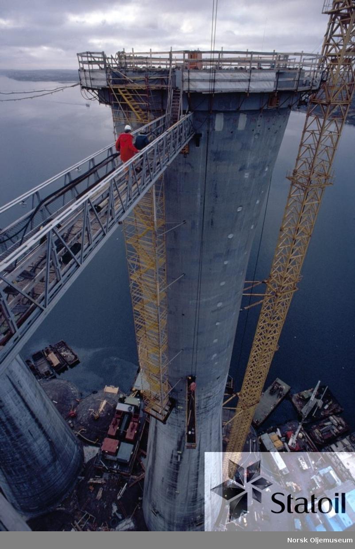 Statfjord B med bunnseksjon og de 4 betongskaftene er på det nærmeste ferdig bygget, og ruver nå godt i høyden. Plattformens totale høyde når dekk og alt er på plass blir på hele 271 meter.