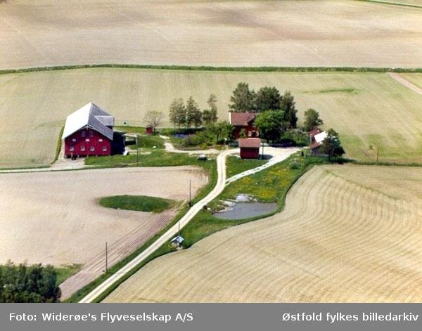 Skråfoto av Haraldstad gård i Rakkestad, 13. juni 1966. Haraldstad, drevet av Kristian og Solveig Haraldstad. Nå har sønnen overtatt gården. Huset er nå hvitt, stabburet er borte, men ellers er det ikke store forskjellen fra bildet, som ble tatt 13. juni 1966.
