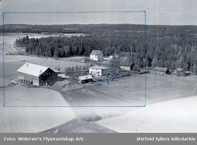Skråfoto av gården Nordre Gjulem i Rakkestad, 27. mai 1957. i bakgrunnen Gjulem skole, bygd 1931. Senere Lannem keramikk.