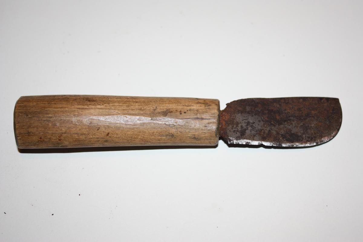 Kniv med enkelt rundt spikka treskaft og kort butt blad