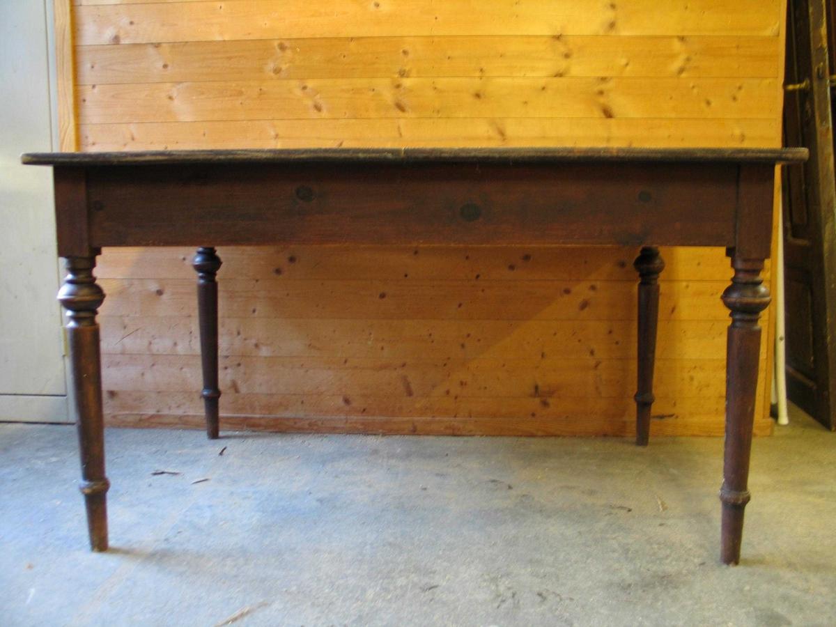Matbord med 4 dreia føter. På kvar av kortsidene kan ein trekke ut støtter til klaffar. Klaffane er vekke.