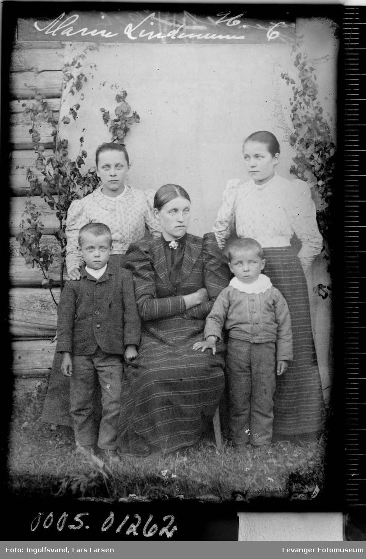 Gruppebilde av en kvinne og fire barn.