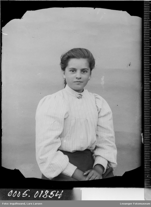 Portrett av en ung kvinne i halvfigur.