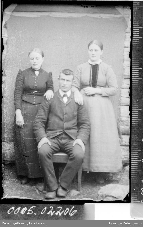 Gruppebilde av to kvinner og en mann.
