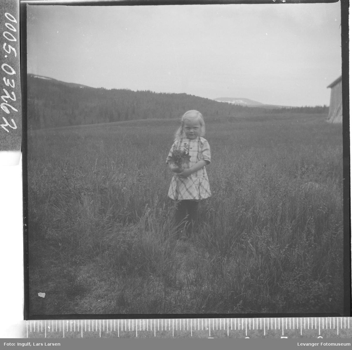 Portrett av en jente med blomsterbukett.