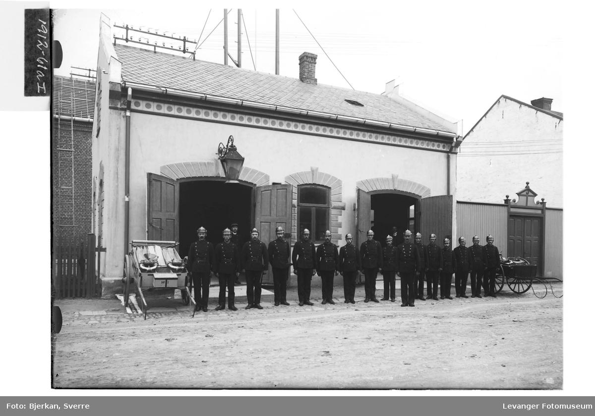 Brannkorpset utenfor den nye brannstasjonen i Levanger