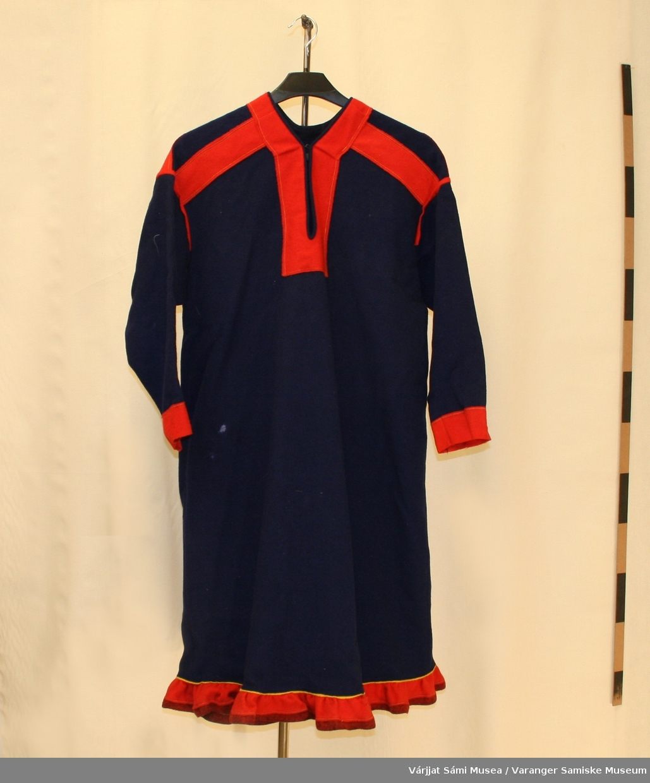 Damekofte sydd av blått klede. Polmakkofte med røde detaljer og holbi.