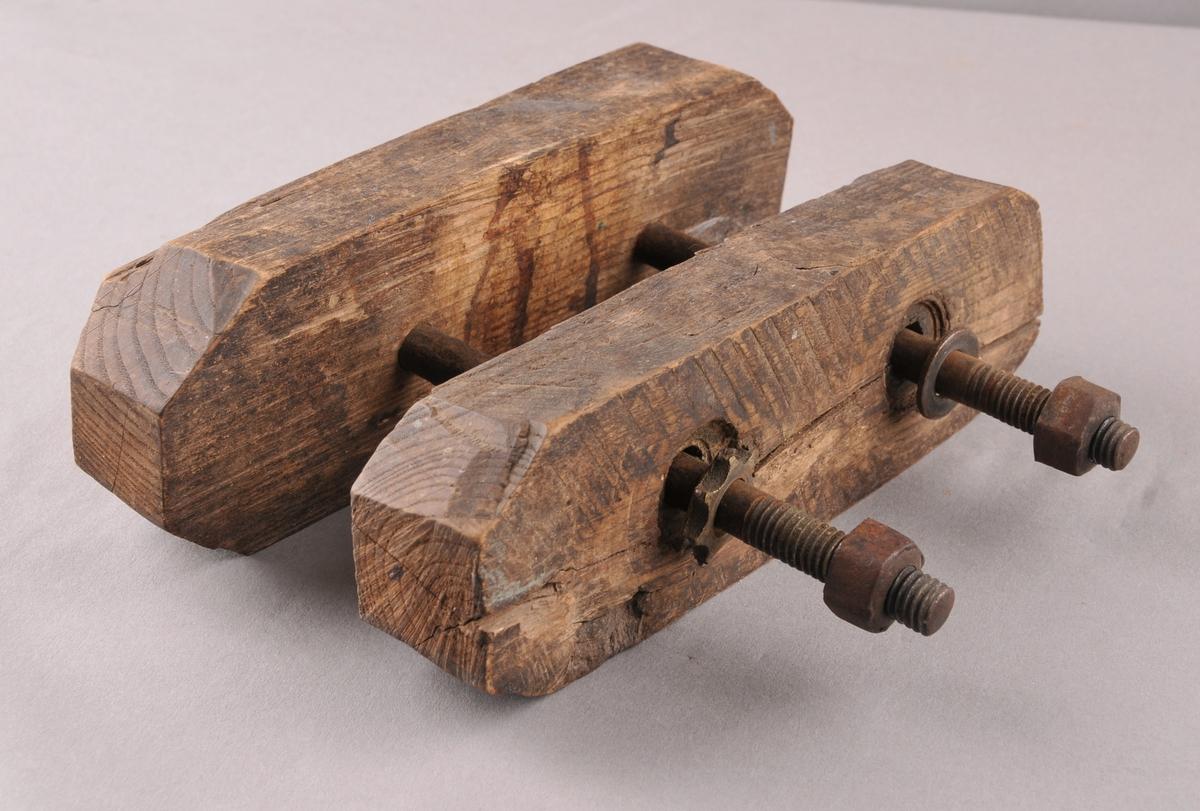 Klemme i tre med to jarnnaglar. Til å presse saman sliretrykk når ein skal lage mønster i slireleret.