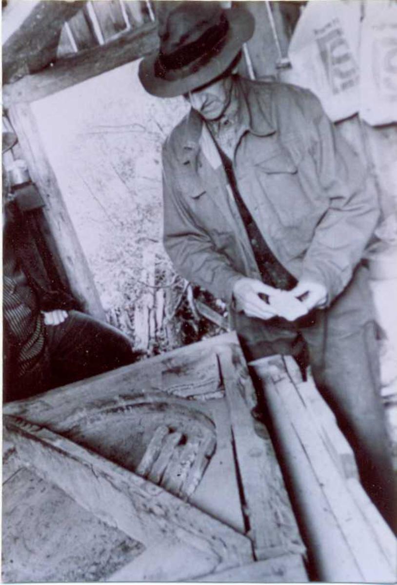 Gjermund Omdal med slipesteinanretning for sliping av bryne