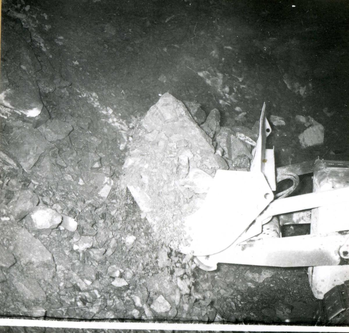 Tilløpstunnel frå Vesås. Maskin i tunnel. Fjerning av stein.