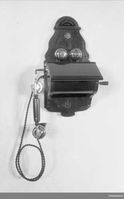 Telefonapparat, magneto veggapparat i tre, mtlf.hengende. Elektrisk Bureau.
