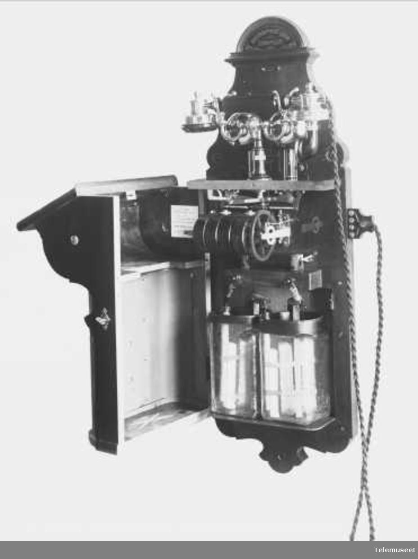 Telefon, magneto veggapparat i tre med høy gaffel. For Hull Corporation Teleph. Department. Elektrisk Bureau.