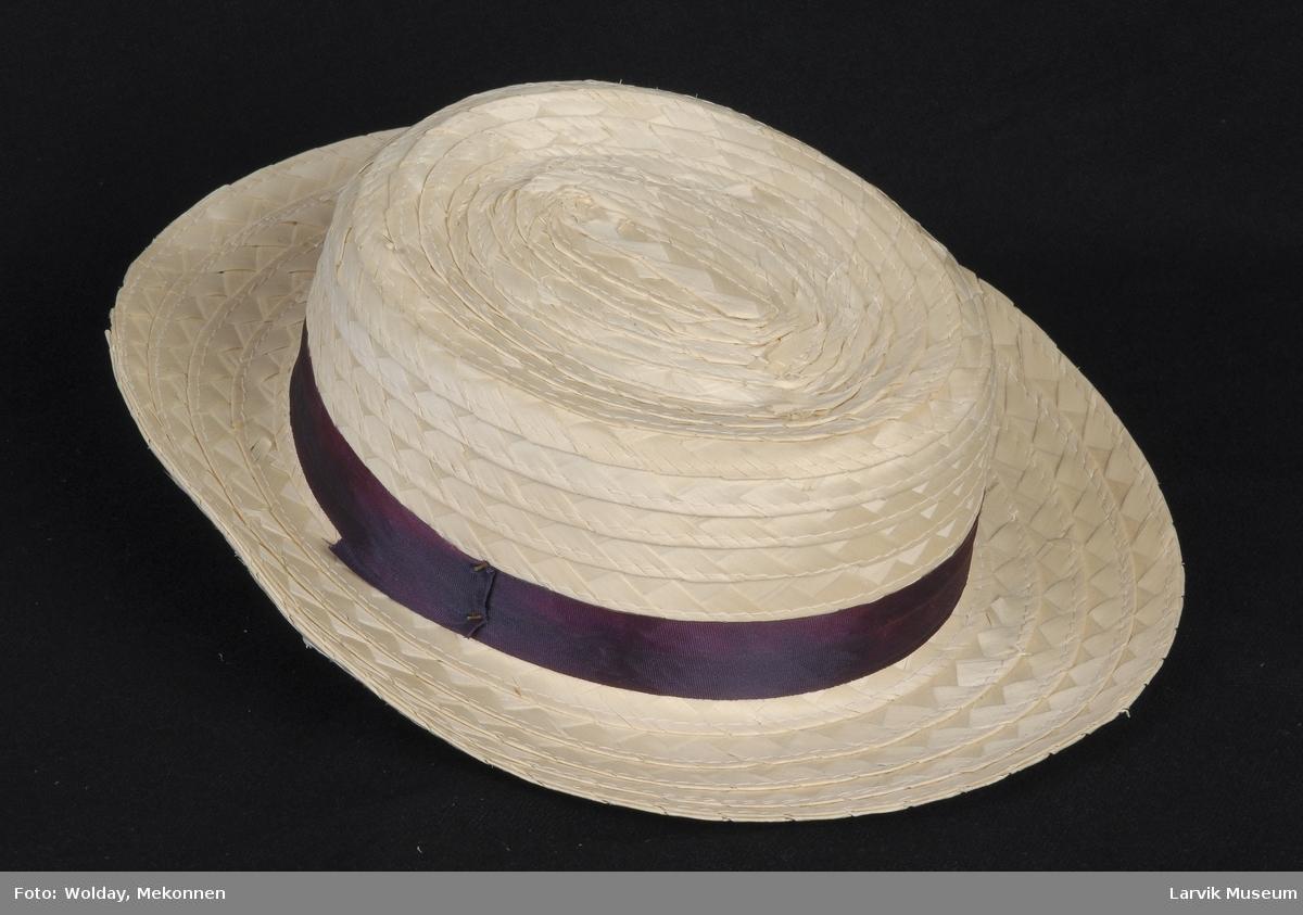 Form: lys stråhatt,blålig silkebånd,stiftet til